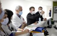 En visite dans un hôpital, Macron accueilli par des soignants dos tourné